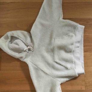 """""""Nalle""""hoodie från bikbok, hitta aldrig nåt bra tillfälle för denna så tänkte sälja den. Den är ganska kort men kan passa S också💓"""