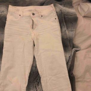 Vita jeans från dr.denim. Väl använda men i fint skick! Frakt tillkommer