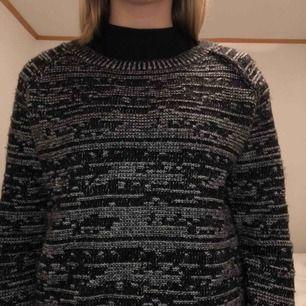 Calvin Klein stickad tröja. 70% lammull, därför väldigt mysig. Nypris är omkring tusenlappen!