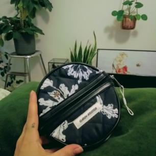 Handväska från Carin Wester i svart och vitt. Inköpt i våras och använd endast en gång. Finns i Stockholm men kan skickas.