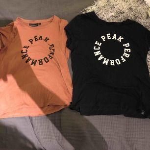 Två PeakPerformance tröjor, storlek Small fast passar  i Medium också. Använda cirka 5 gånger, fint skick.