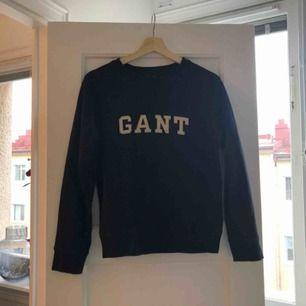 Tröja från GANT strl S. Mörkblå färg med vit text. Skickas med postnord spårbar frakt bekostas av köpare.