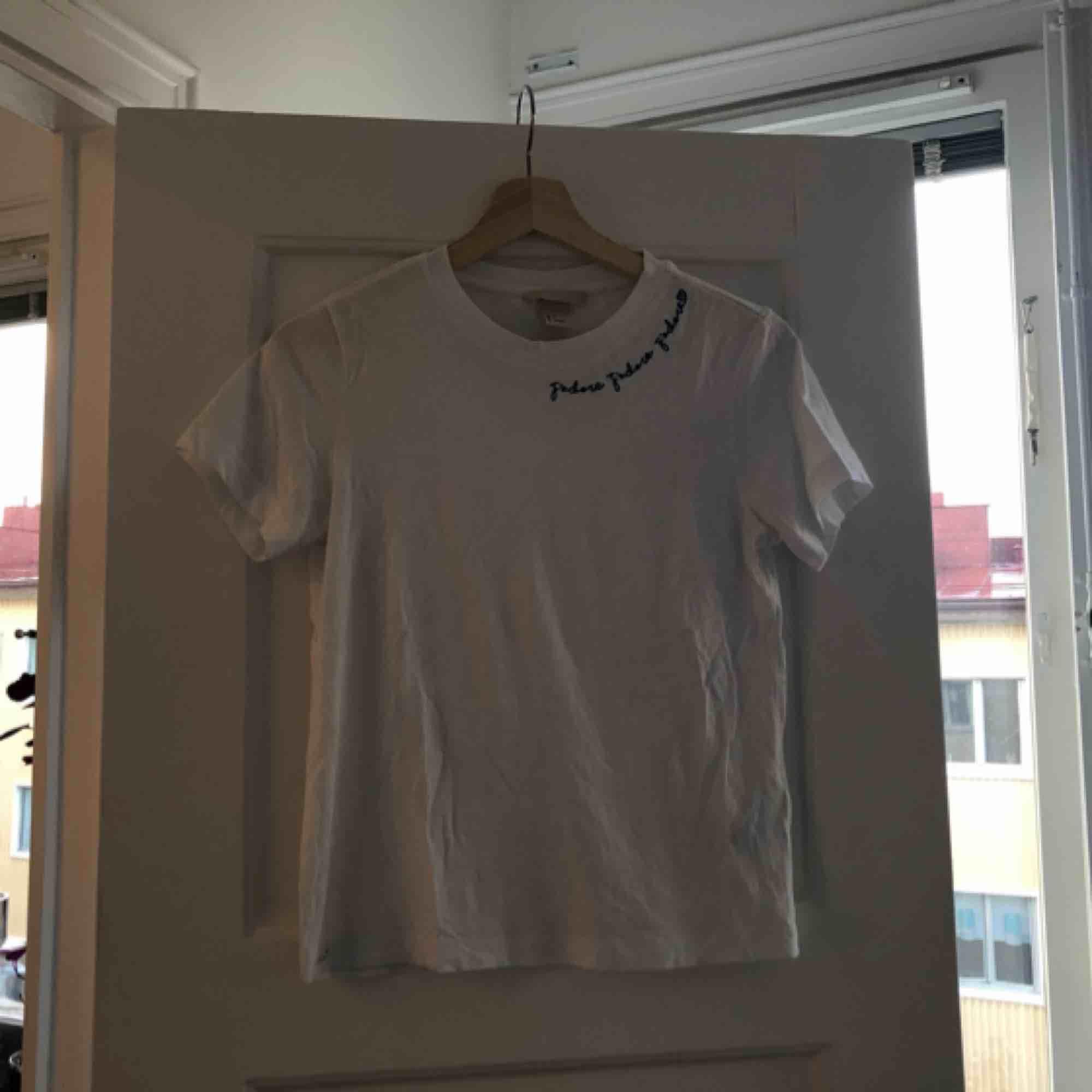 Tröja från H&M med text. 36 kr frakt bekostas av köpare . T-shirts.