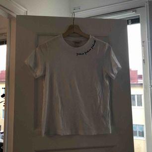 Tröja från H&M med text. 36 kr frakt bekostas av köpare