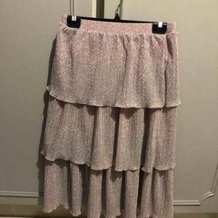 Glittrig kjol i strl S. Nakd