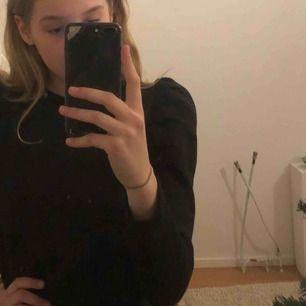Väldigt fin svart tröja från Zara med puffärmar! Som sagt väldigt fin men inte riktigt min stil😌 frakt tillkommer!😊