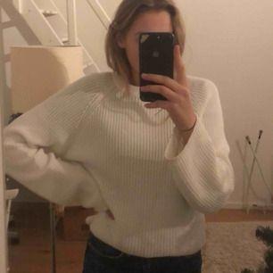 Helt vanlig vit stickad tröja från ginatricot! Lite vidare i ärmarna som man ser på bild 2:) frakt tillkommer
