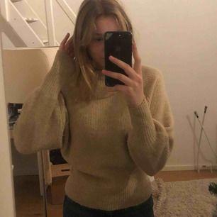 Fin beige stickad tröja från gina tricot! Lite tajtare vid midjan  som man ser lite på bilden. Frakt tillkommer:)