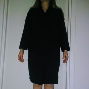 Marinblå klänning från Filippa K. Använd 1 gång.  Finns i Stockholm men kan skickas.