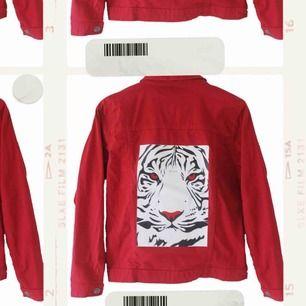 Mitt UF företag säljer jeansjackor med tryck. Instagram @chuko_uf☺️ Perfekt julklapp, unisex. Fast pris 299kr + 99kr frakt