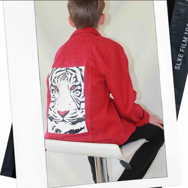 Mitt UF företag säljer jeansjackor med tryck. Instagram @chuko_uf☺️ Perfekt julklapp, unisex. Fast pris 299kr + 99kr frakt. Jackor.