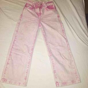 Supercoola rosa jeans i rak modell, har aldrig använts då jag beställde i fel storlek. Köparen står för frakt 😇