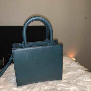 Väska från Bershka i en väldigt fin grön färg, axelband medföljer.