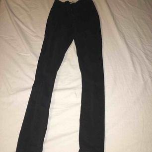 Helt vanliga svarta, tighta Molly jeans från Gina tricot. Använt dessa 2 gånger. Köparen står för frakt 💕😇