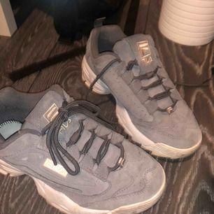 Säljer ett par snygga, knappt använda Fila skor! Sulorna i är borta, men det är bara att lägga i de som du har i dina nuvarande skor :) Frakt ingår i priset