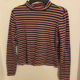 Randig halvpolo tröja från Monki  Jätte fin men tyvärr för liten. Katt finns i hemmet. Kan fraktas men du själv står för frakten 30 kr!:)