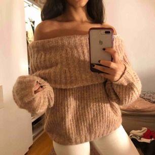 Sjukt mysig och stor stickad tröja i st S, den passar alla storlekar beroende på hur man vill att den ska sitta💛 Väldigt bekväm på huden och sticks inte. Använd endast 1 gång, i princip helt ny🌟 frakt tillkommer