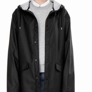 Sune Weekday regnkappa i svart. Knappt använd  stl xs  skickas mot betalning 63kr skicka lätt alt avhätnimg majorna