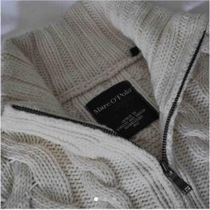 Skön stickad tröja från Marc o Polo, köpt på plick men den var för liten. Fint skick och sparsamt använd. Lånat bilderna från hon jag köpte av☺️