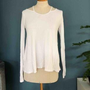 Tunn tröja i ribbat material. Använd ett fåtal gånger - nyskick. Frakt 42kr:)