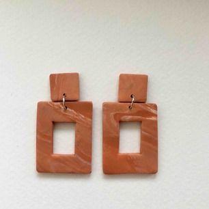 Handgjorda örhängen i lera, går bra att få både med guldiga eller silvriga detaljer. •nickelfria •frakt 9kr •insta: dorisclaydesign
