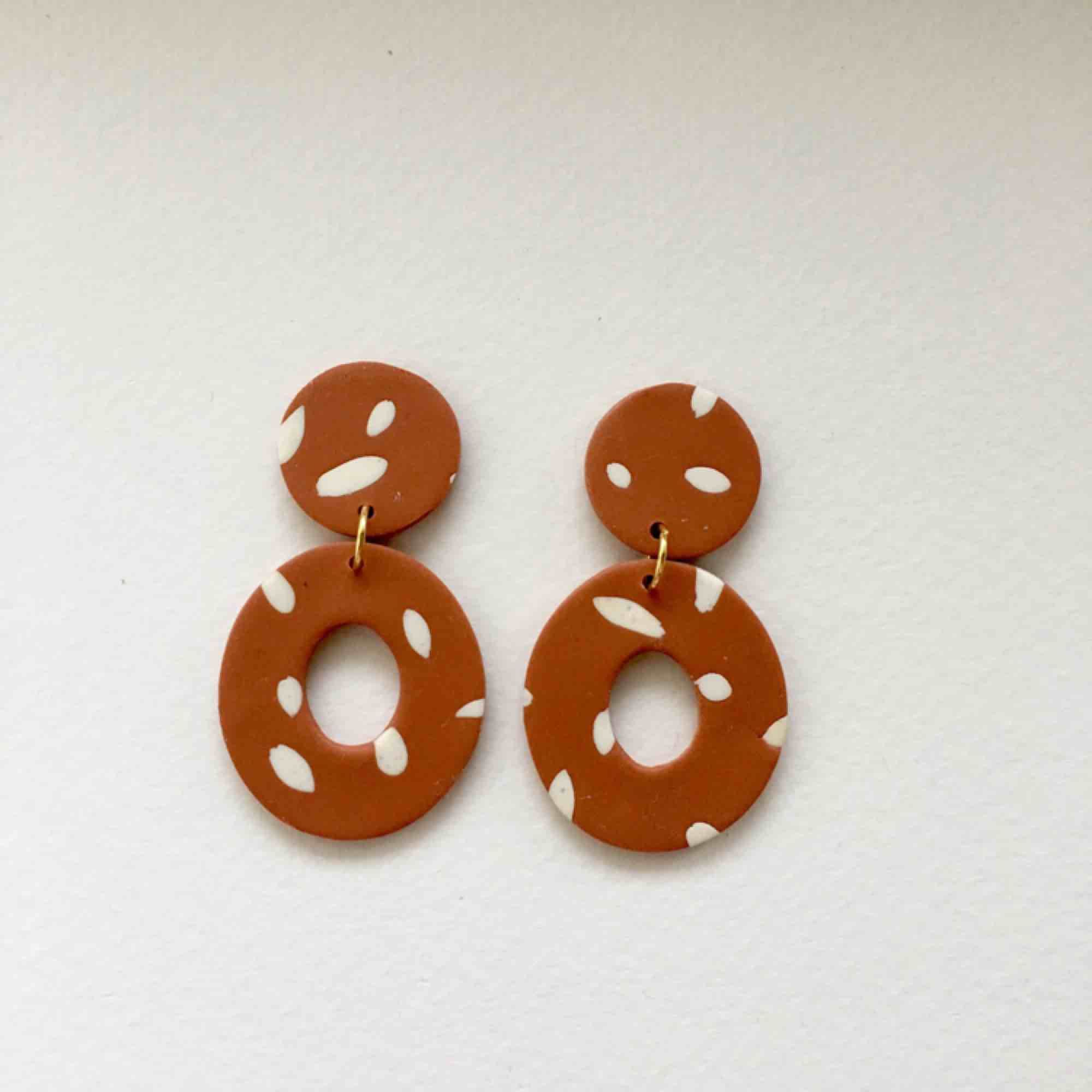 Handgjorda örhängen i lera, går bra att få både med guldiga eller silvriga detaljer. •nickelfria •frakt 9kr •insta: dorisclaydesign. Accessoarer.