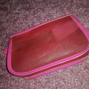 En rosa necessär som är väldigt söt, lite smutsig men kan tvättas innan den skickas. Annars väldigt fin