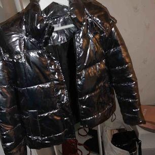 Sjukt snygg silver/metallic jacka! Köpt här på plick men aldrig använd för den var nästan för kort i armarna (är lång därför, sitter som en S ska) Synd då den är så cool!!🖤❤️🖤❤️🖤