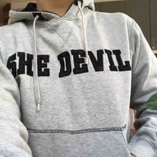 Inte alla använd hoodie men bokstäverna sitter lite löst men det är ingen man tänker på. FRAKT INGÅR!