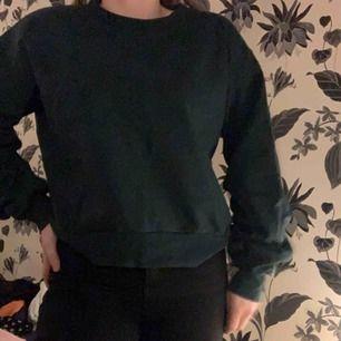 Fin mörkgrön sweatshirt från Carlings! Ballongärmar. Knappt använd. Passar både S och M! Kan mötas upp i Växjö annars står köparen för frakten! 💖
