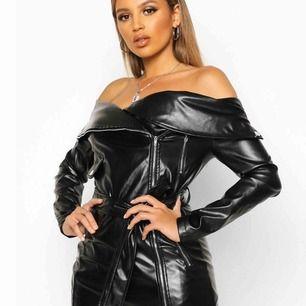 En fet faux leather byxdress från bohoo, står strl 40 men den är liten i strl, mer som en 38