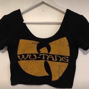 Säljer min wu-tang tröja pga ingen användning. Den funkar för S-XS skulle jag säga och är ganska kort i modellen. Tar emot swish och kan mötas upp samt frakta