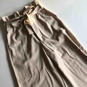 Jättefina fladdriga kostymbyxor, tyvärr för små för mig nu. Använda men märks inte över huvud taget. Frakt 59kr:)