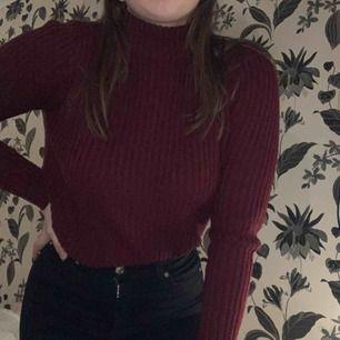 Fin mörkröd/lila stickad tröja tröja från H&M! Väldigt varm och skön. Använd en del men i fint skick!  Kan mötas upp i Växjö annars står köparen för frakt 💖