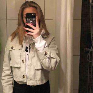 Jag säljer min jacka från zara, det är en xs men är lite oversized för mig som är en S i vanliga fall, säljs pga att jag behöver pengarna💞 väldigt bra skick, som ny!