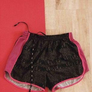 Super snygga träningsshorts i storlek XS från Victorias secret! Passar mig som brukar ha storlek S💓 frakt ingår i priset😚