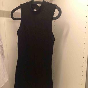 Svart tight klänning från ginatricot i storlek m