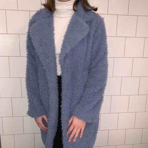 Säljer min fina oanvända blå pälsjacka från Gina Tricot. Tyvärr så kommer den inte så mycket till användning som den borde så säljer därför vidare den!