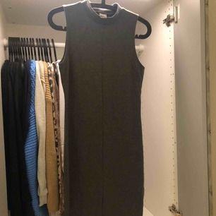 Grå tight klänning från ginatricot i storlek L