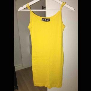 Schysst ribbad, gul klänning från stay köpt på carlings i somras, använd endast i några timmar, köparen står för frakt