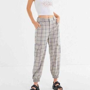 """Jättesnygg """"jogger cargo pant"""" köpt på Urban Outfitters. De är slutsålda på nätet och nypris är 500kr. Säljer pga att de ej kommer till användning. Det är så sköna i materialet🤩 180+frakt, kan också mötas upp i Sthlm"""