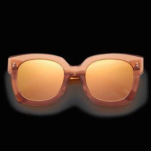 Chimi solglasögon i modell #008. Färgen Peach med spegelglas. Helt oanvända i originalförpackning. Nypris är 999kr.