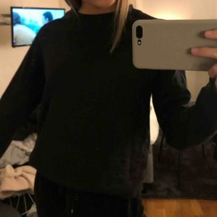 Enkel tunn svart sweatshirt från hm! Använd fåtal gånger och är i bra skick. Köparen står för frakt⚡️