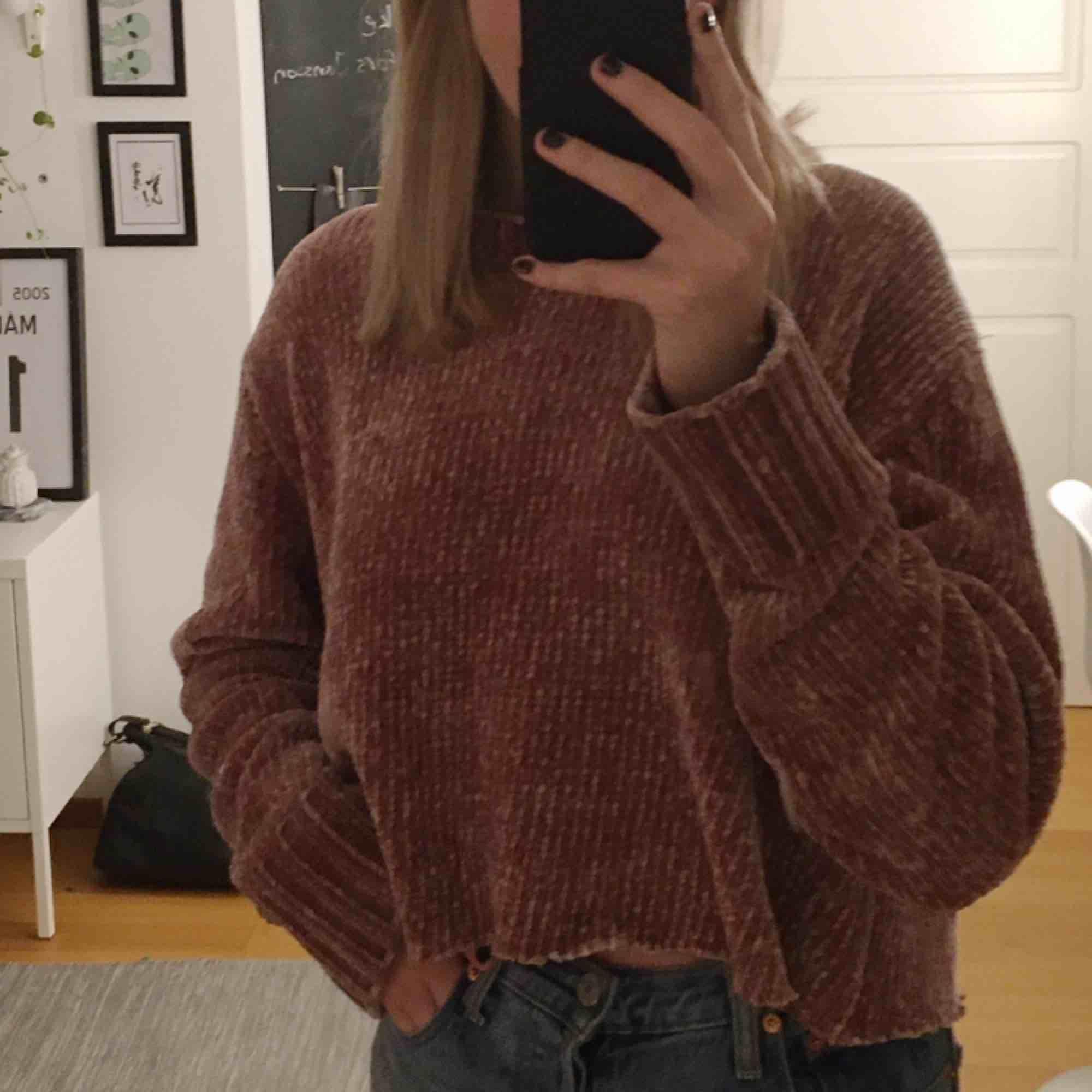 Superfin tröja som jag klippt av själv. Rosa och i sammets material.. Stickat.