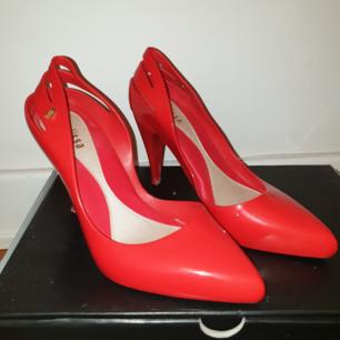 Säljer berömda o trendiga Brasilianska skor Melissa, som doftar som tuggummi. Använda bara 2 ggr. PERFEKTA TILL JULAFTON!