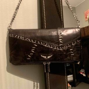 Säljer denna superfina väska! Använd vid fåtal tillfällen men inga tecken på användning alls! ✨Två kedjor ingår och allting som kom med väskan kommer med. Hoppas någon vill köpa denna pärla!💕Ps. jag kan frakta och priset kan diskuteras vid snabb affär