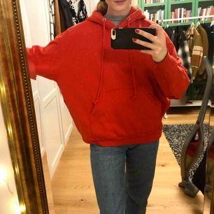 Superfin hoodie från weekday! Köpt för ett tag sen men knappt använd då röd inte riktig är min färg😝strl S men passar som M också