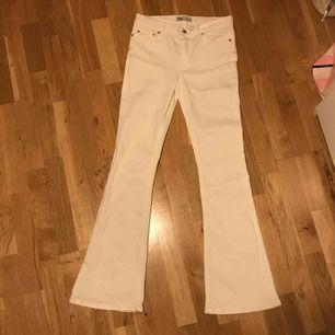 Endast provade vita bootcut jeans från zara. Köptes för ca 500kr i somras, väldigt stretchiga så skulle nog kunna passa en storlek större