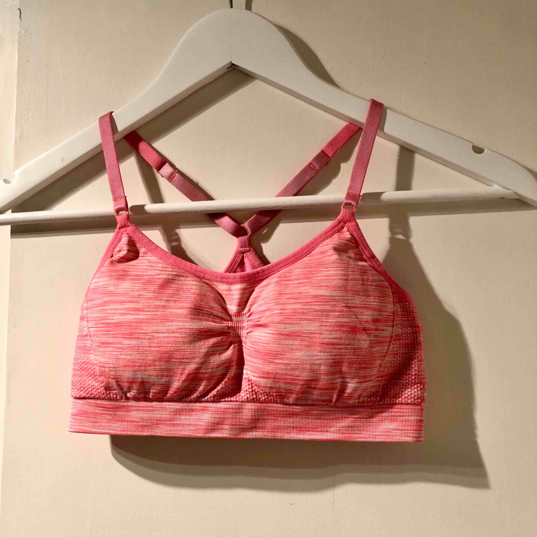Knappt använd sport-bh från HM! Härligt rosa färg, bra skick! Vadderade kupor. . Toppar.