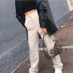 Fina byxor köpta här på Plick men tyvärr var dom lite korta på mig🥰Superfina byxor i bra skick🥰